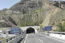 Тоннель на пути в Гранаду. Тоннелей в Испании много, и, всегда перед въездом в тоннель указана его протяжённость.