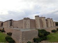 Aljafería была построена во второй половине XI века как дворец для отдыха членов королевской семьи халифата, правящего в Saraqusta (мусульманское название ...