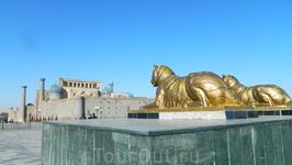А смотрят львы на красивейший комплекс Регистан.