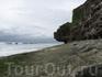 Каменистый пляж, выглядит фантастично, со множеством выточенных водой кратеров создается ощущение, будто находишься на другой планете