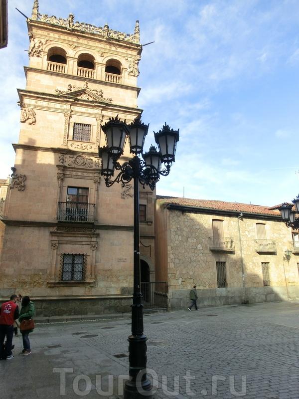 По форме он напоминает тот, что мы видели в Авиле, та же угловая башня и расходящиеся от нее коридоры.  Построен он был в 1539 году третьим графом Монтеррей и Неаполя Алонсо.  Глядя на узорчатую резьбу по камню, которая характерна для стиля платереско ...