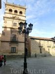 По форме он напоминает тот, что мы видели в Авиле, та же угловая башня и расходящиеся от нее коридоры.  Построен он был в 1539 году третьим графом Монтеррей и Неаполя Алонсо.  Глядя на узорчатую резьб