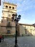 По форме он напоминает тот, что мы видели в Авиле, та же угловая башня и расходящиеся от нее коридоры.  Построен он был в 1539 году третьим графом Монтеррей ...