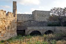 Старый город окружен рвом, по которому можно прогуляться вдоль средневековых стен
