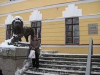 Возле музея (Лев).