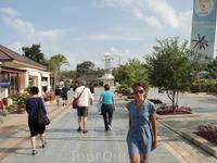Аэропорт Самуи, дорога от регистрации к паспортному контролю, слева зона  Дьюти фри, магазины