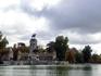 Вид на памятник королю Alfonso XII с противоположной стороны пруда.