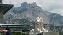 Каменные львы, охраняющие дворец, на фоне Ай-Петри.