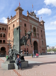 С двух сторон у входа установлены памятники знаменитым матадорам. Этот - скульптурная композиция, изображающая смерть Хосе Куберо, Йийо, — единственного ...