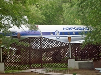 За зелёными посадками прячется кафе в виде самолета