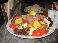 А это блюдо у них называется салат с тунцом. Официант сказал, что колено у них не очень большое, мы с испугу заказали еще салат, даже два. Половину не ...