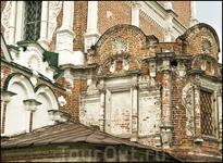 Ни один из памятников Севера не имеет столь пышного наружного декора с резным белым камнем.
