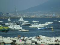 Неаполитанский залив. Удивил пляж. Огромные камни, прямо на которых люди загорают. А многие загорают прямо в лодках. Хотя есть участок пляха с деревянным ...