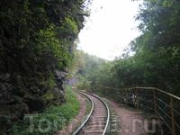 Гуамское ущелье, Обратите внимание справа от рельс, это и есть та тропа по которой вы гуляете по ущелью, как видите еще правее есть поручни которые хоть ...