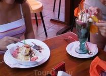 Вкусное мороженое в кафе города.