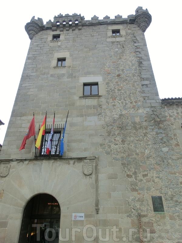 Далее наткнулись на еще одну достопримечательность - башня Гузман, Torreón de los Guzmanes. Башня является частью дома Garcibañes de Múxica, была возведена в XVI веке. Башня коронована красивым узорчатым параметом, напомнившем мне замок Manzanares el ...
