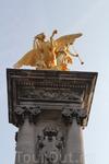 Статуя на Мосту Александра III - вся сияет золотом.