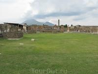 Руины Помпеи.Гора на заднем плане-вулкан Везувий,который и погубил город в 1631г.