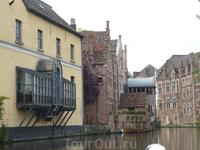 В таком средневековом городе  и  такой  балкон???