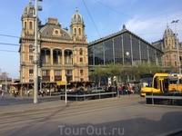 Это Западный Вокзал Будапешта. Название получил из-за того, что раньше с него отправлялись поезда в Вену (как раз на Запад).  Здание построено в 70-х годах ...