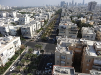 Окинуть взором можно Тель-Авив,  Как будто в небеса вспарив Крылатой птицей...