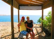 Мы с супругой на берегу Красного моря, на горке...