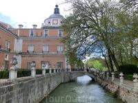 Jardín de la Isla (сад на острове) отделен с одной стороны течением реки Тахо, а с другой - рукотворным каналом.