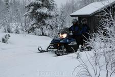 В лыжном центре Iso-Syote можно взять впрокат снегоходы. Стоимость 80 евро на два часа за машину вместе с полной амуницией. Говорят по-русски. На бензин ...