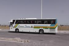 Наш экскурсионный автобус. Едем в Дуггу!