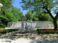 Посреди парка стоит вот такая ионическая колонна - археологи относят ее к XVI веку.