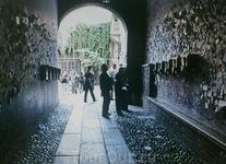 Входная арка и почтовые ящики на ее стене