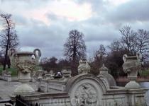 Вазы и медальоны окружают фонтан