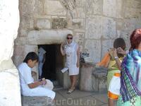 Вифлеем. Храм Рождества Христова.Первоначально Храм Рождества Христова имел три входа , но впоследствие две двери  замуровали и остался центральный узкий ...