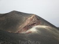 Красные, белые, зеленые отложения солей у одного из кратеров.