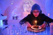 И как полагается, торт со свечкой в День рождения (загадала одно большое желание)