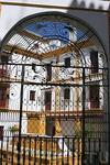Вход во дворик может украсить ажурная решетка