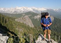 Вид с утеса на второй хребет горной цепи. Вверху, над рюкзаком,  видно ущелье с озером Гамильтона (Hemilton Lake) и путь к перевалу Кава (Kaveah Gap).