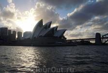 Sydney. Здание оперного театра. Символизирует самый большой город Австралии. Город возник  в месте высадки мореплавателя  Кука как тюрьма  для британских каторжников.   К центру мы  проехали по исто