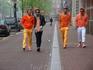 Оранжевый - официальный цвет праздника! Вы не найдёте ни одного нидерландца у которого не было бы надето чего то оранжевого! Очень часто на улицах можно ...
