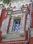 Снаружи и внутри Соборобогородицкая церковь украшена чарующей белокаменной резьбой (окна, порталы входов, приставные колонны). Чем выше устремляется взор ...