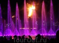 Говорят, эти фонтаны занимают 3 место после Дубая и Барселоны. Возможно, за счет лазеров и света.