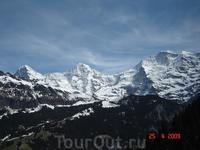 Знаменитые вершины Бернских Альп: Айгер (3970 м.), Мёнх (4107 м.) и Юнгфрау (4158 м.).(слева направо).