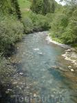 Горная речка в 100 километрах нашего пути уже достаточно далеко вглубь Франции Холодная, но чистая.
