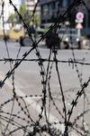 Колючая проволока в столице Туниса, напоминает о революции... но обстановка в городе (да и в стране) достаточно спокойная