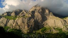 Вид на Пшеха-Су с приюта Пшеха-Су вершина, расположенная на южной оконечности Лаго-Наки. Имеет высоту 2743 метра и является самой маленькой в триаде Фиштенского ...