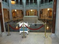 Внутри мавзолея. Тут лежит их любимый президент Хабиб Бургиба