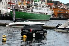 """Оказывается, что для местных автомобилистов, """"нет преград ни в море, ни на суше"""". Так решил дизайнер"""
