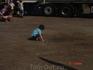 """а этот малыш занимается своими делами, и танцоры на """"сцене""""  ему не мешают :)"""