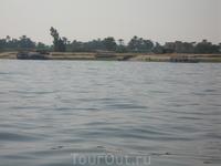 на таких корабликах, которые на дальнем плане, мы и переплывали Нил :)