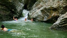 Купаться здесь одно удовольствие-чистейшая вода,очень теплая,да и сам водопад создает эффект джакузи.